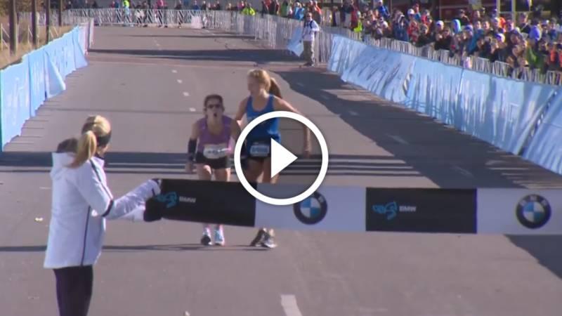 Exténuée elle franchit la ligne et gagne la course !